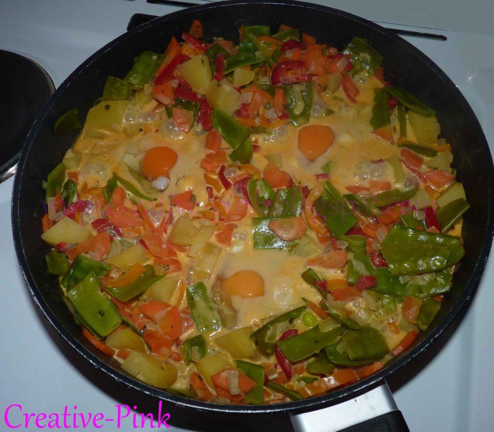 Gemüsepfanne mit Ei (Kartoffeln, Paprika, Karotten, Zuckererbsen)