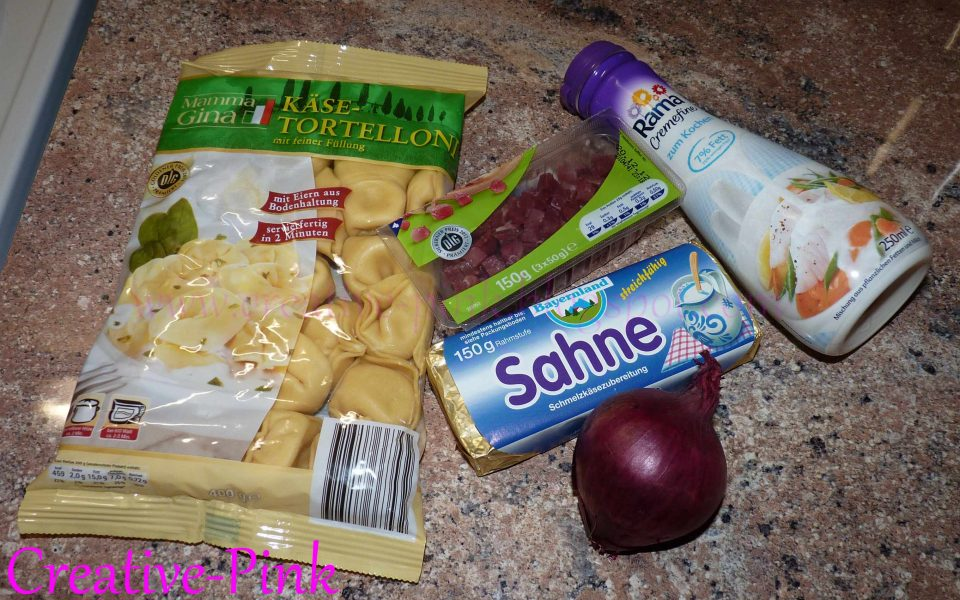 Zutaten für Tortellini mit Schinken-Sahnesoße und Pinienkernen - Creative-Pink