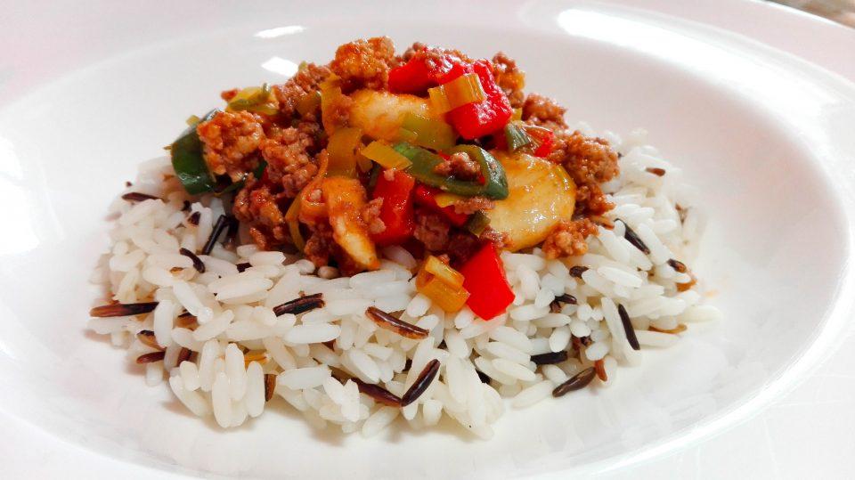 Thailändische Gemüsepfanne mit Reis